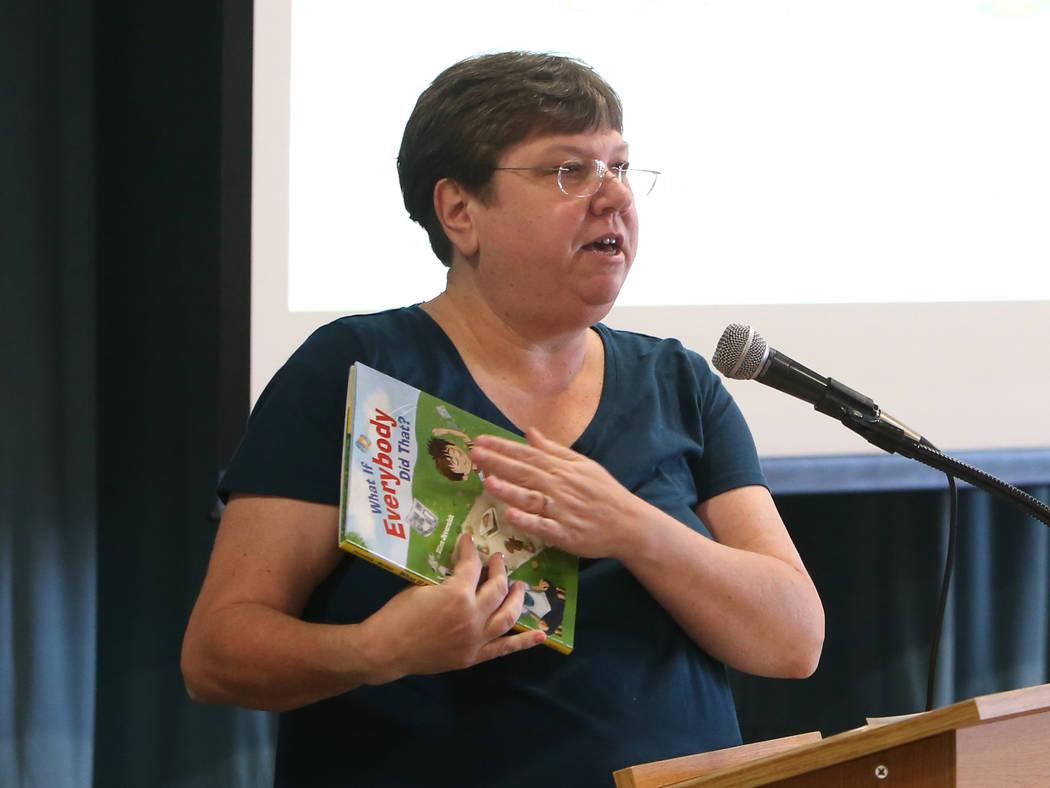 La presidenta de la Junta de Directores del Distrito Escolar del Condado de Clark, Deanna Wright, lee una historia de los estudiantes de la Escuela Primaria Gordon McCaw durante el evento Desayuno ...