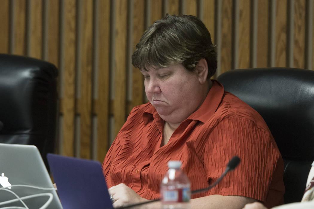 La miembro del Consejo de Administración del Distrito Escolar del Condado de Clark, Deanna Wright, escucha durante el período de comentarios públicos en la junta del CCSD para aprobar el presup ...
