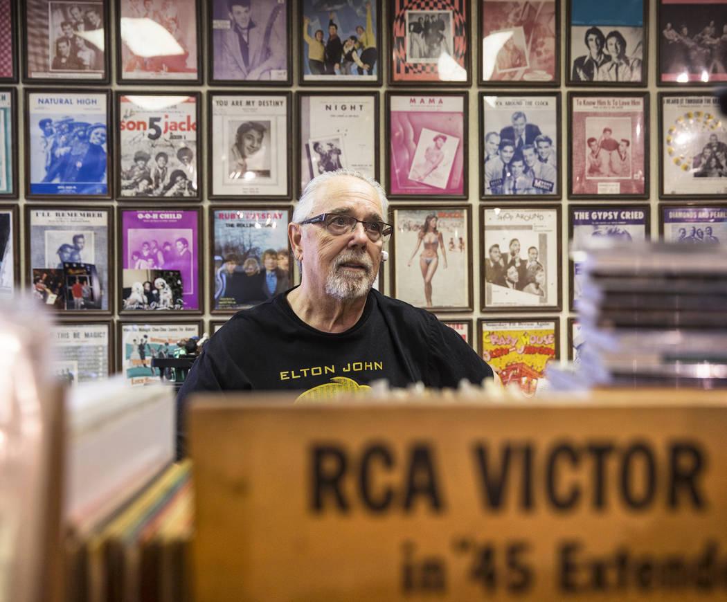El propietario de Wax Trax Records, Rich Rosen, tiene más de medio millón de discos en su tienda de Las Vegas. Rosen ha estado en la ubicación 2909 South Decatur Blvd. por más de 18 años, y t ...