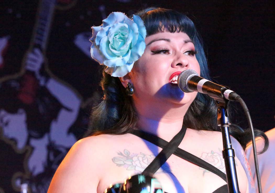 Shanda Cisneros, de la banda local de Las Vegas Shanda and the Howlers, canta una de los originales de la banda después de horas en el Bailiwick Pub durante el Viva Las Vegas Rockabilly Weekender ...