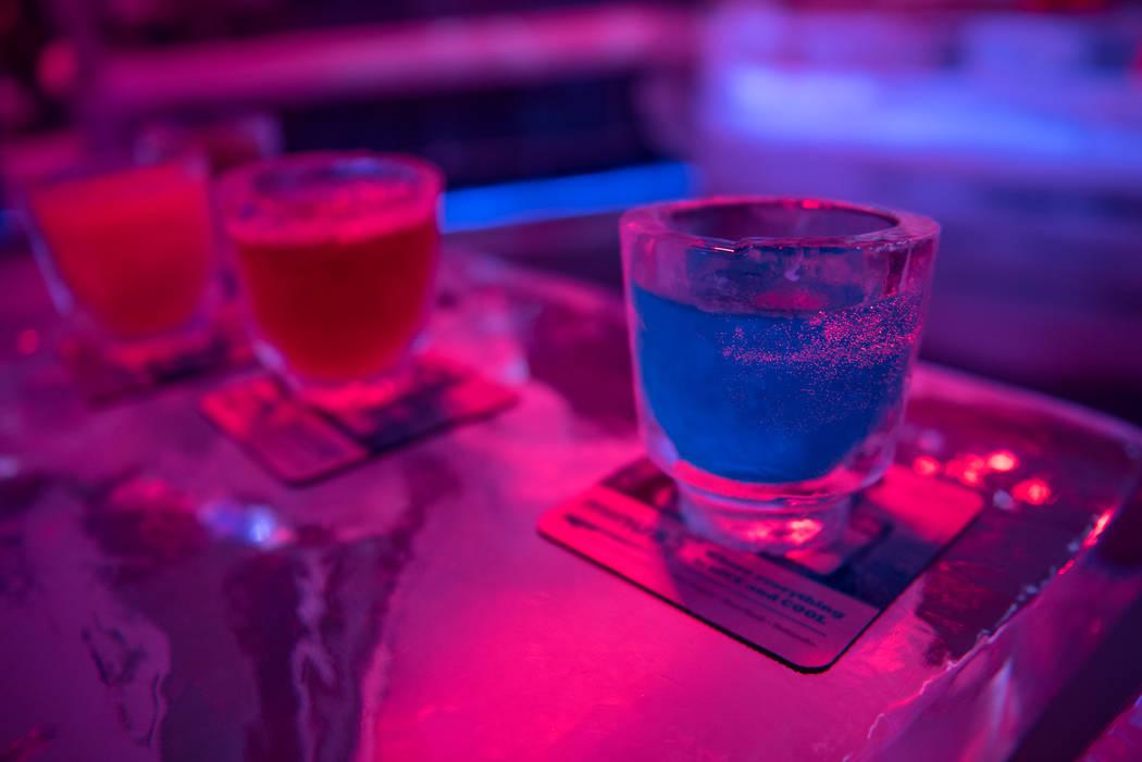 Las bebidas se sirven en vasos hechos de hielo en Minus5 Ice Experience en el Mandalay Bay Resort and Casino el jueves 15 de junio de 2017 en Las Vegas. Una nueva barra de hielo Minus5 se abrirá ...