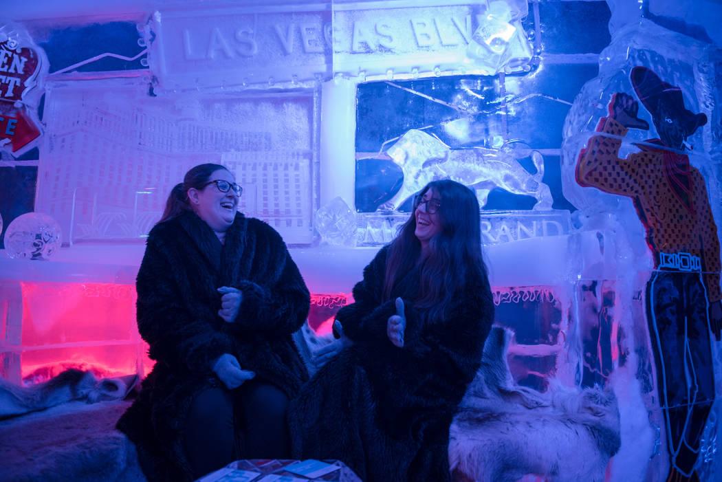 Meredith Cormack y Kara Palmer se preparan para el clima frío en el Minus5 Ice Bar en el Mandalay Bay Resort and Casino mientras la ola de calor continúa el jueves 15 de junio de 2017 en Las Veg ...