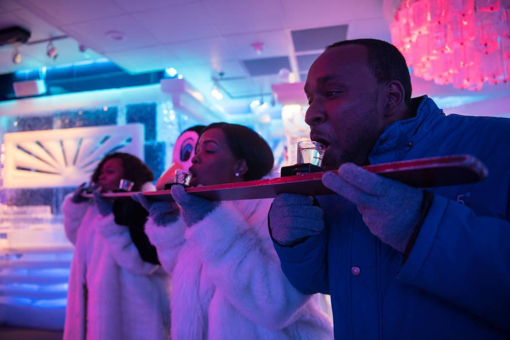 """Kendra Gilbert, Krishona Gilbert y Kevin Gilbert intentan el """"Shot Ski"""" en el Minus5 Ice Bar en el Mandalay Bay Resort and Casino el jueves 15 de junio de 2017 en Las Vegas. Morgan Lieberman Las V ..."""