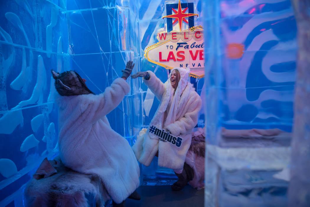 Los empleados de Minus5 Ice Experience, Allison Keepman y Brooke Rodriguez, disfrutan de la sala VIP en Minus5 Ice Bar en Mandalay Bay Resort and Casino el jueves 15 de junio de 2017, en Las Vegas ...