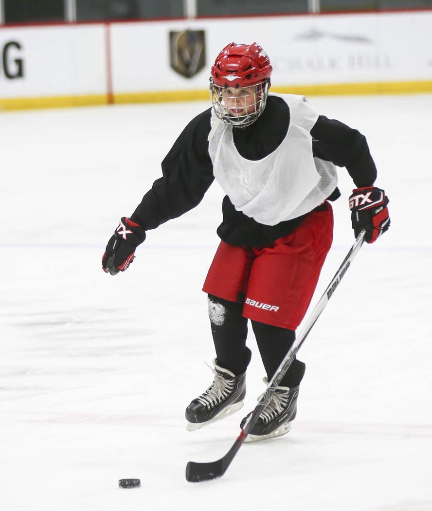 Cole Gould, de 13 años, patina con el puck durante la práctica de Vegas Jr. Golden Knights en City National Arena en Las Vegas el jueves 10 de mayo de 2018. Chase Stevens Las Vegas Review-Journa ...