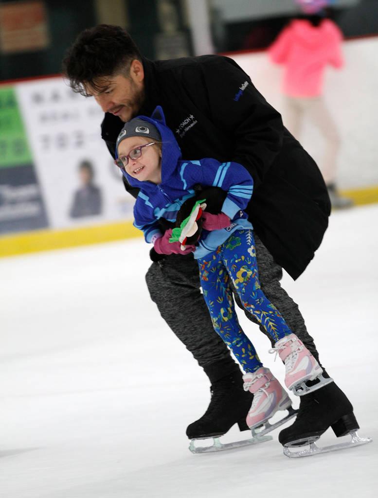 Layla Dehoyos, de 5 años, de Las Vegas, patina con su entrenador Diego Hernández durante su clase en Las Vegas Ice Center en Las Vegas, miércoles, 18 de julio de 2018. Chitose Suzuki Las Vegas ...