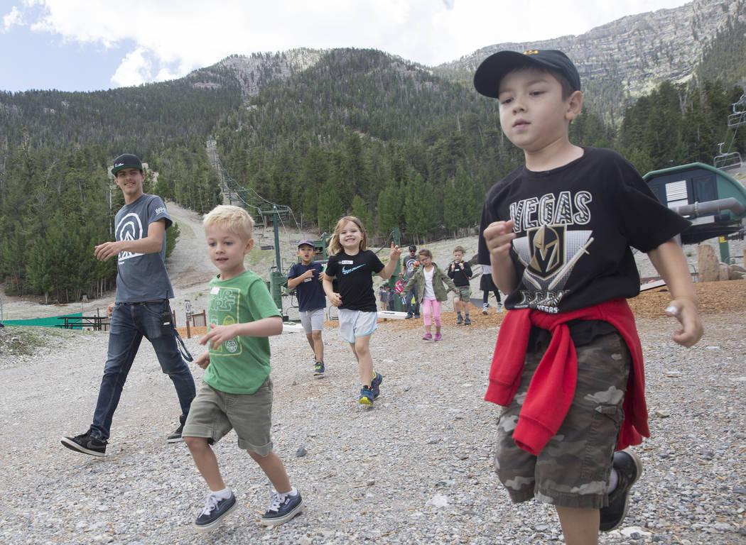 Garrett Chappen, a la derecha, lleva a un grupo de niños a almorzar durante el Youth Adventure Day en Lee Canyon el viernes 20 de julio de 2018 en Las Vegas. Benjamin Hager Las Vegas Review-Journ ...