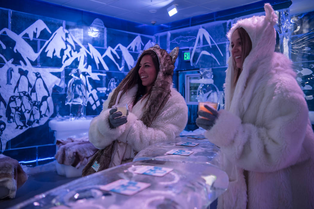 Los empleados de Minus5 Ice Experience, Allison Keepman y Brooke Rodriguez, disfrutan de Happy Hour en Minus5 Ice Bar en Mandalay Bay Resort and Casino el jueves 15 de junio de 2017 en Las Vegas. ...