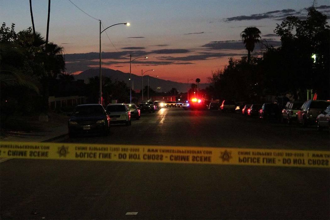 La policía de Las Vegas desciende a un vecindario del valle central luego de que una persona fuera asesinada el viernes 17 de agosto de 2018. (Max Michor/Las Vegas Review-Journal)