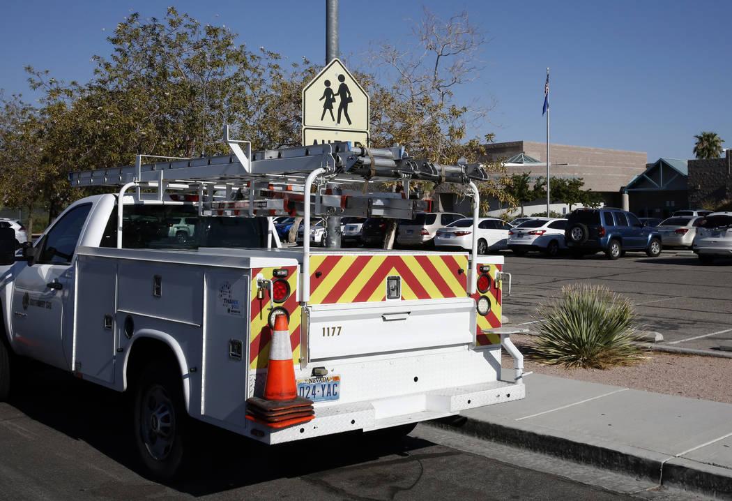 Un camión de Southwest Gas estacionado afuera de Swainston Middle School después de que los estudiantes y el personal fueron evacuados del edificio después de una fuga de gas informada el viern ...