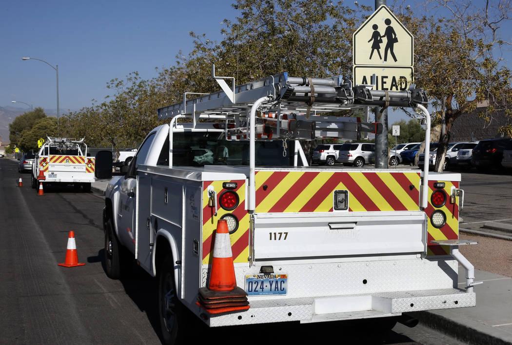 Estudiantes y personal de la Escuela Secundaria Swainston en North Las Vegas fueron evacuados del edificio después de una fuga de gas reportada el viernes 17 de agosto de 2018. (Bizuayehu Tesfaye ...