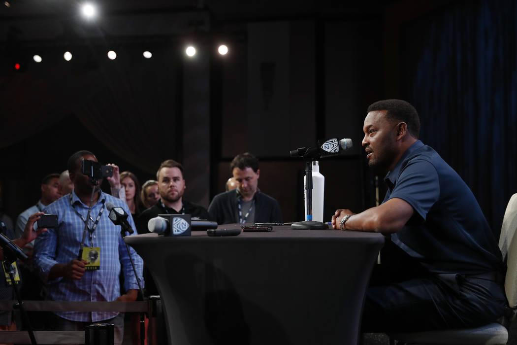 El entrenador en jefe de Arizona, Kevin Sumlin, habla en la Conferencia Pac-12 durante el Día de medios de fútbol americano universitario de la NCAA en Los Ángeles, miércoles 25 de julio de 20 ...