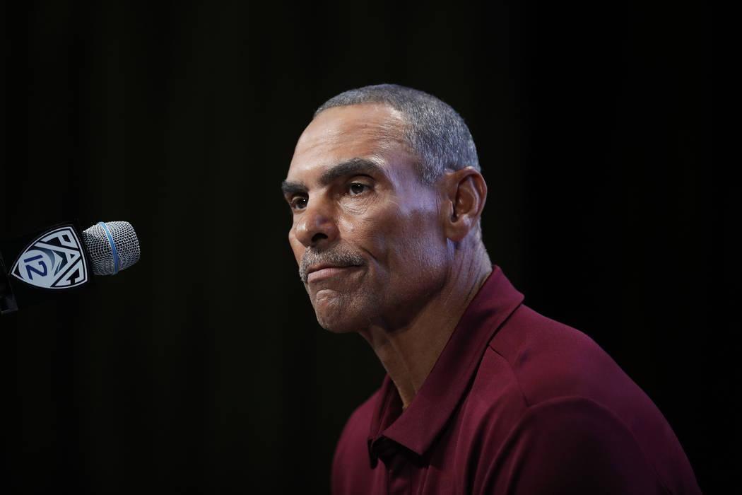 El entrenador del estado de Arizona, Herm Edwards, hace una pausa mientras habla en la Conferencia Pac-12. Durante el día de medios de fútbol americano universitario de la NCAA en Los Ángeles, ...