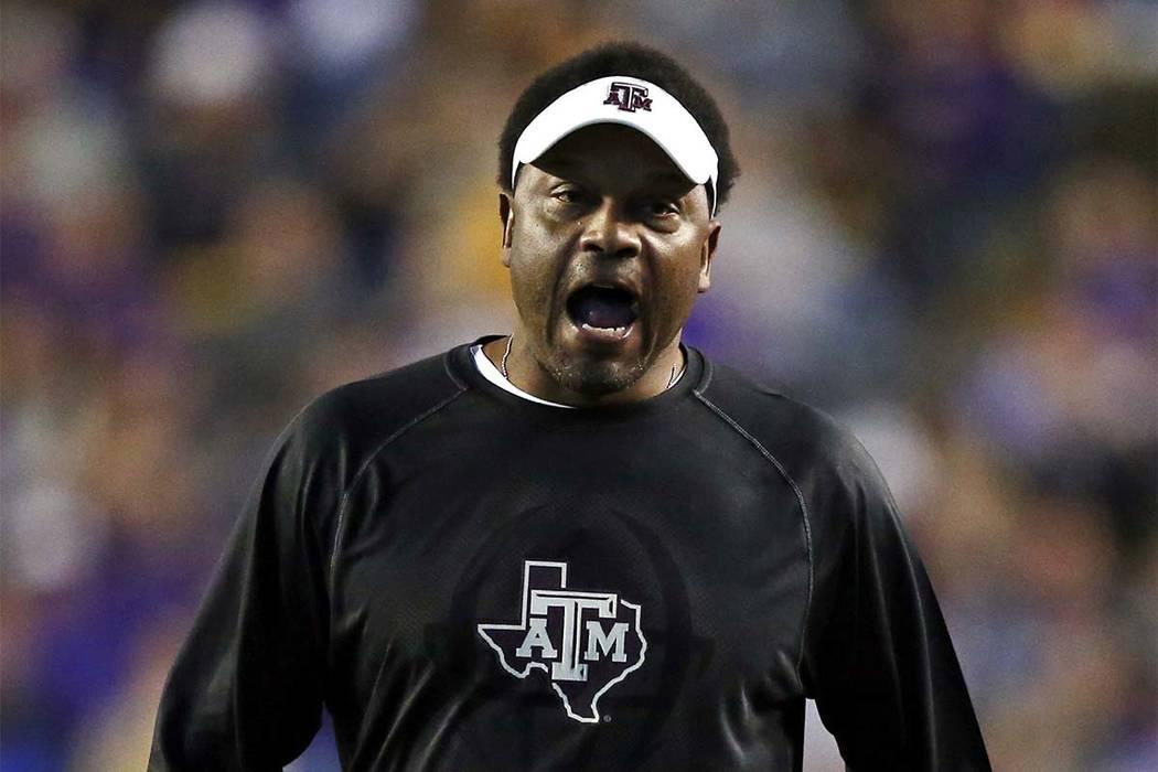 El entrenador de Texas A&M, Kevin Sumlin, reacciona en la banca durante la primera mitad del partido de fútbol universitario de la NCAA contra LSU en Baton Rouge, La., El sábado, 25 de noviembre ...