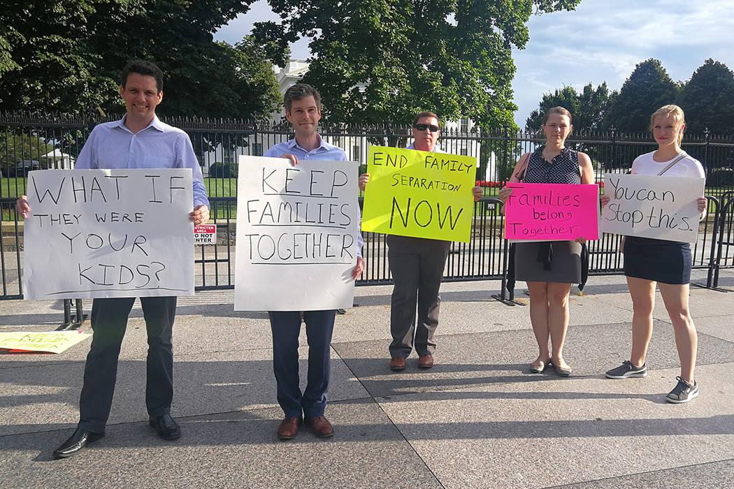 """Archivo.- Washington DC, 20 Jun 2018 (Notimex- Pamela Cruz).- Frente a la Casa Blanca, ciudadanos estadunidenses manifiestan sentirse avergonzados de su gobierno, al permitir que la política """"C ..."""