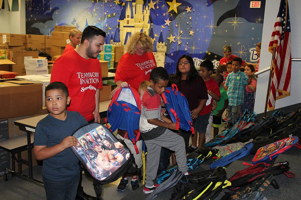 Todos los materiales fueron donados por los empleados de Station Casinos, quienes los adquirieron con recursos propios. Viernes 17 de agosto de 2018, en la escuela primaria Whitney. Foto Cristian ...