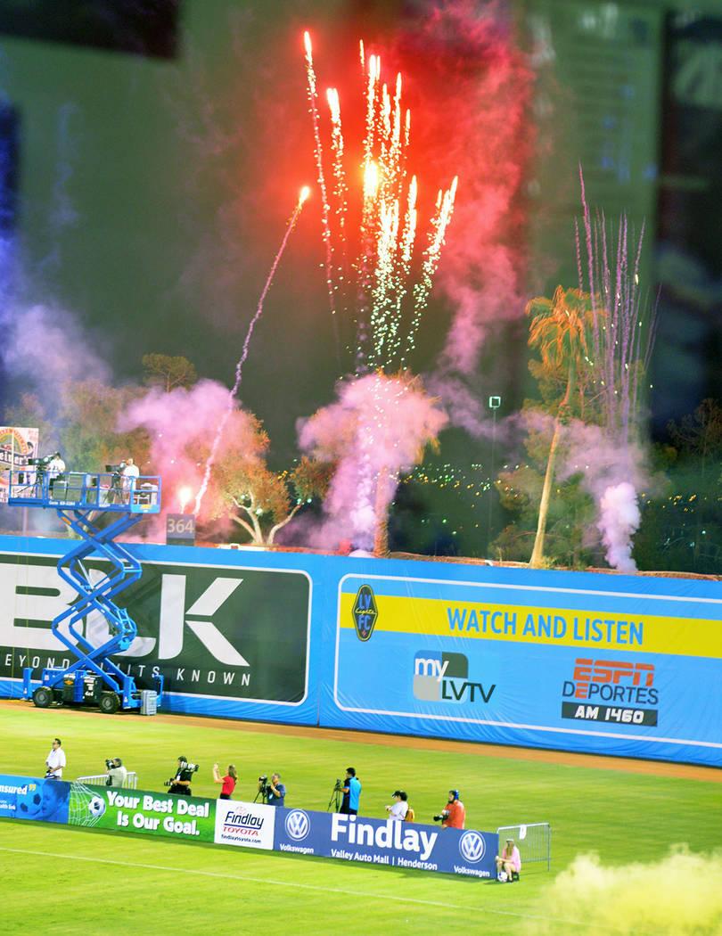 Antes del partido se lanzaron fuegos pirotécnicos. Sábado 18 de agosto de 2018 en el estadio Cashman. Foto Anthony Avellaneda / El Tiempo.
