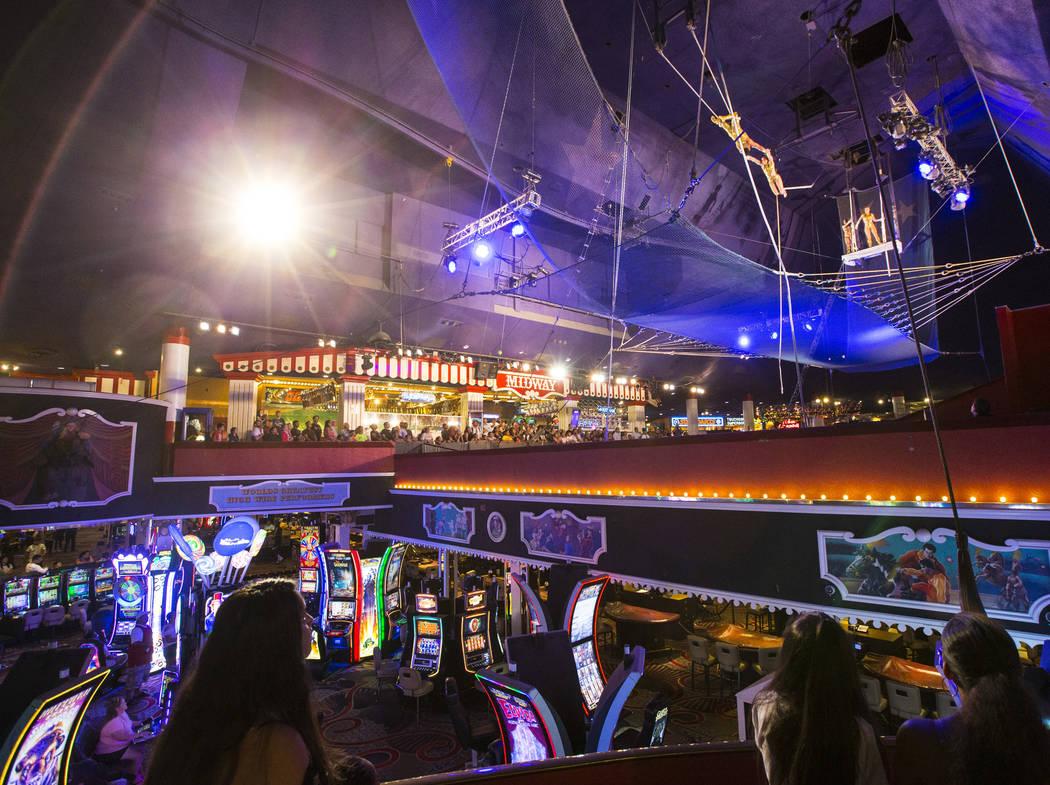 The Flying Poemas se presentan en el carnaval a mitad de camino sobre el piso del casino en Circus Circus en Las Vegas el sábado 23 de junio de 2018. Chase Stevens Las Vegas Review-Journal @csste ...