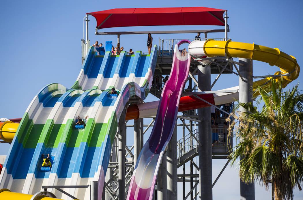 Los huéspedes del hotel disfrutan de un tobogán grande en el área de la piscina en Circus Circus en Las Vegas el viernes 22 de junio de 2018. Chase Stevens Las Vegas Review-Journal @csstevensphoto