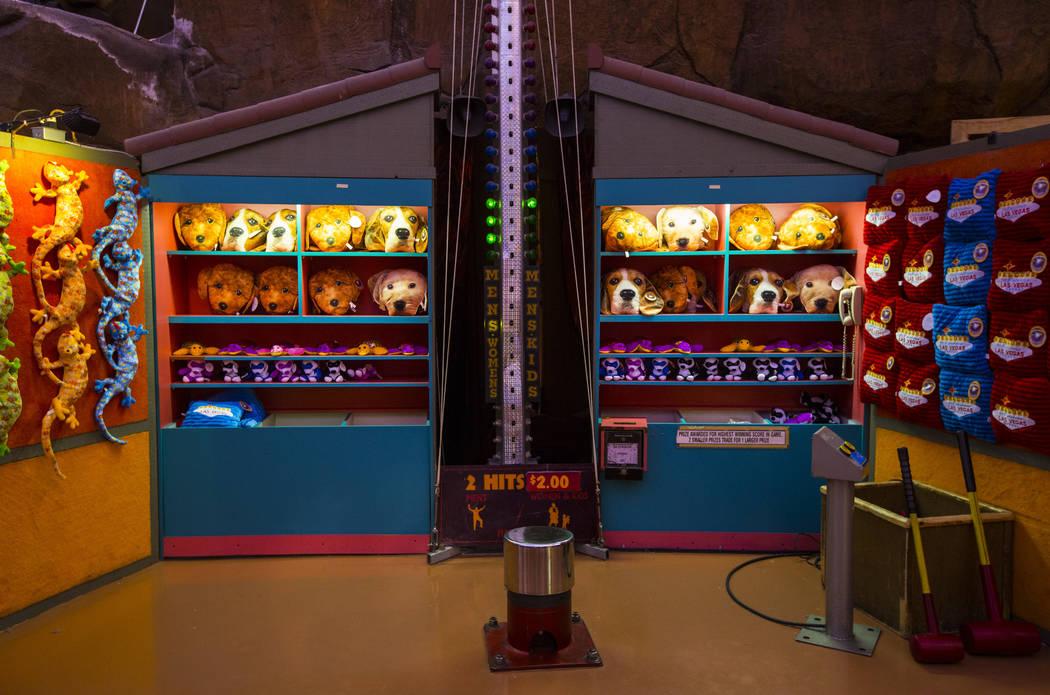 Premios alineados en un juego de carnaval en el Adventuredome en Circus Circus en Las Vegas el viernes 22 de junio de 2018. Chase Stevens Las Vegas Review-Journal @csstevensphoto