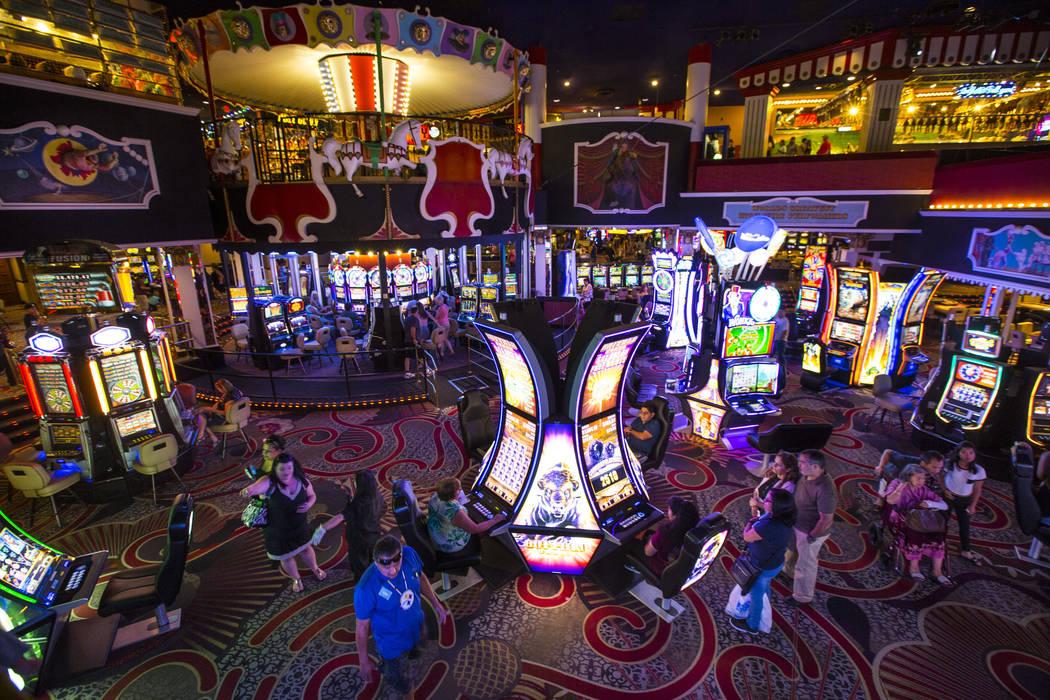 El carnaval a mitad de camino se eleva sobre el piso de juego en Circus Circus en Las Vegas el viernes 22 de junio de 2018. Chase Stevens Las Vegas Review-Journal @csstevensphoto
