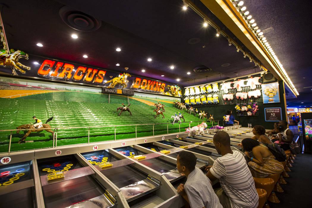 La gente compite en Circus Downs en el carnaval a mitad de camino en Circus Circus en Las Vegas el viernes 22 de junio de 2018. Chase Stevens Las Vegas Review-Journal @csstevensphoto