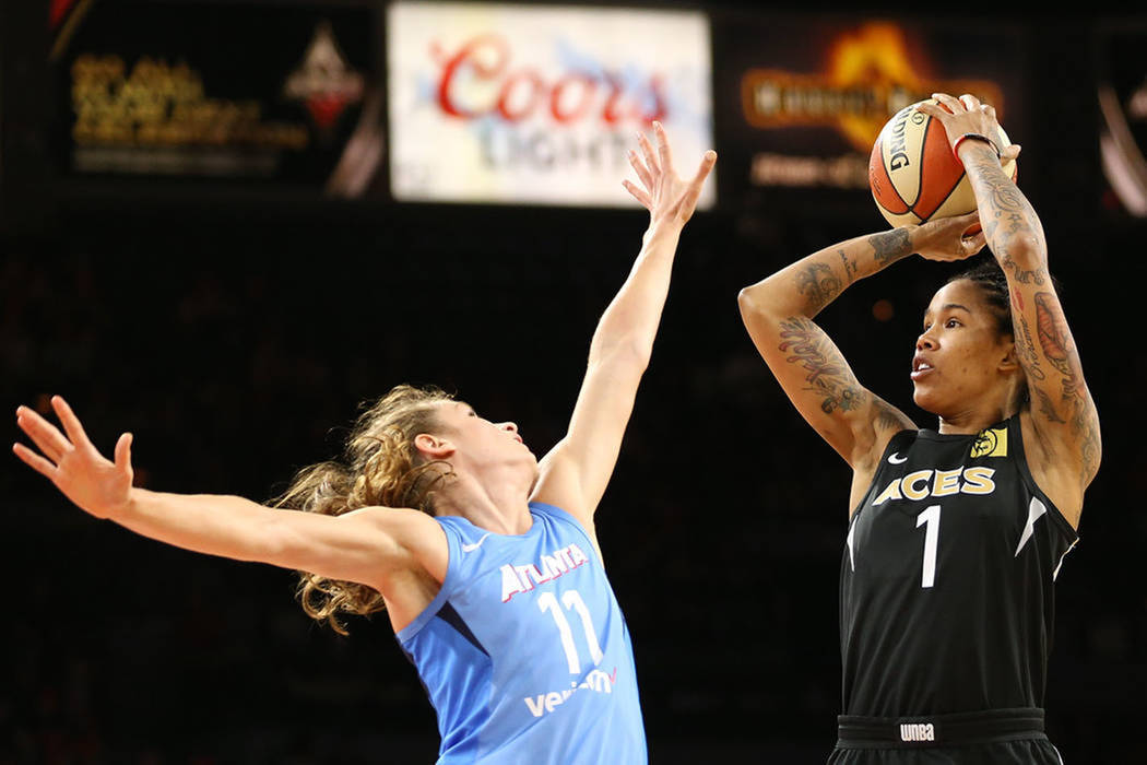 La jugadora de Las Vegas Aces, Tamera Young (1), lanza un tiro ante la marca de su oponente de Atlanta Dream, Blake Dietrick (11), durante el último juego como local de Aces en la temporada 2018 ...