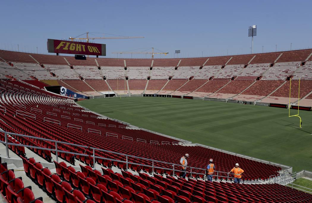 El personal del estadio camina cerca de una nueva sección de asientos en el Los Ángeles Memorial Coliseum en Los Ángeles, el miércoles 15 de agosto de 2018. El coliseo de 95 años está a punt ...