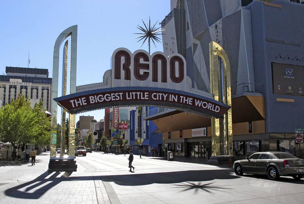 El famoso arco de Reno se ve en la calle Virginia en el centro de Reno. (AP Photo / Scott Sonner)