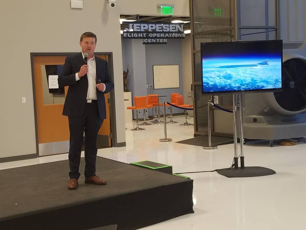 Blake Scholl, fundador de Boom Supersonic, habla sobre el progreso de su compañía en el desarrollo de un avión supersónico de 55 asientos en un hangar en el Aeropuerto Centennial en Englewood, ...