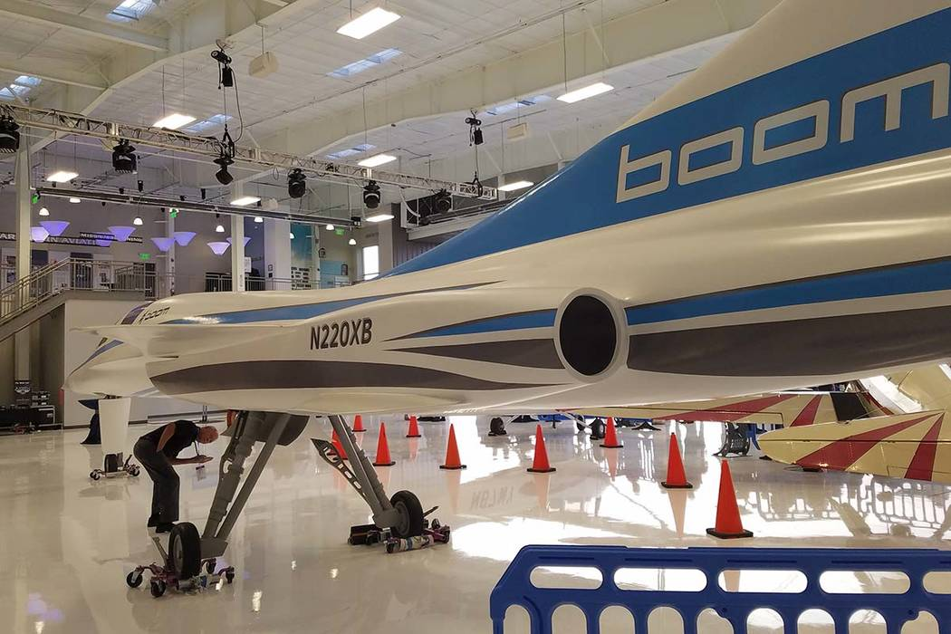 Un asistente de una recepción de Boom Supersonic en el Centennial Airport en Englewood, Colorado, echa un vistazo bajo el fuselaje de un modelo del jet de pruebas XB-1 de la compañía el sábado ...