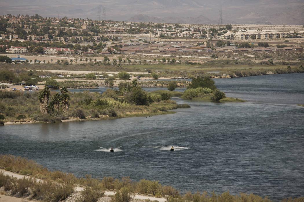 La gente se monta en embarcaciones personales en el Río Colorado en el extremo sur de Laughlin. (Jeff Scheid / Las Vegas Review-Journal)