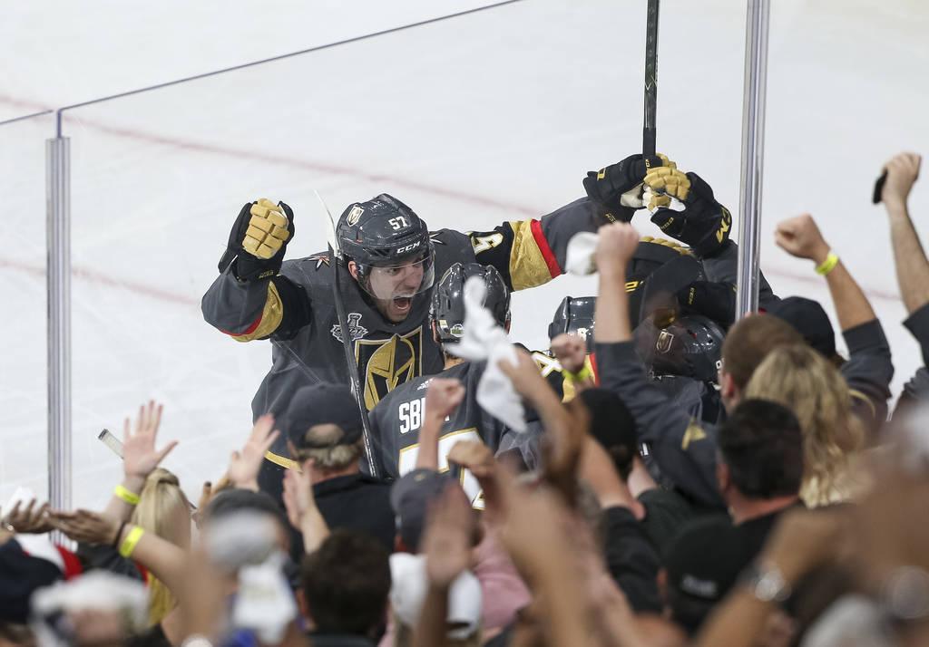 El alero izquierdo de los Vegas Golden Knights, David Perron (57), celebra su segundo gol de la temporada contra los Washington Capitals en el Juego 5 de la final de la Stanley Cup de hockey NHL e ...