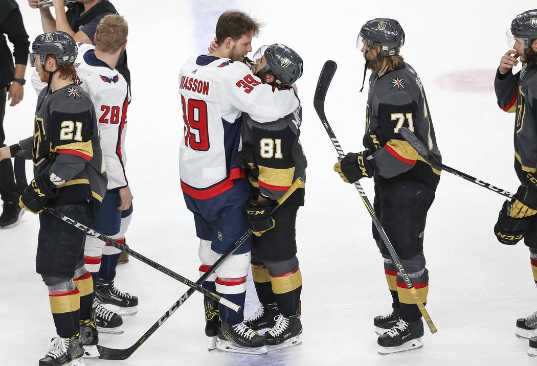 El alero derecho de los Washington Capitals, Alex Chiasson (39), y el centro de los Vegas Golden Knights, Jonathan Marchessault (81), comparten un abrazo después de que los Capitals derrotaron a ...