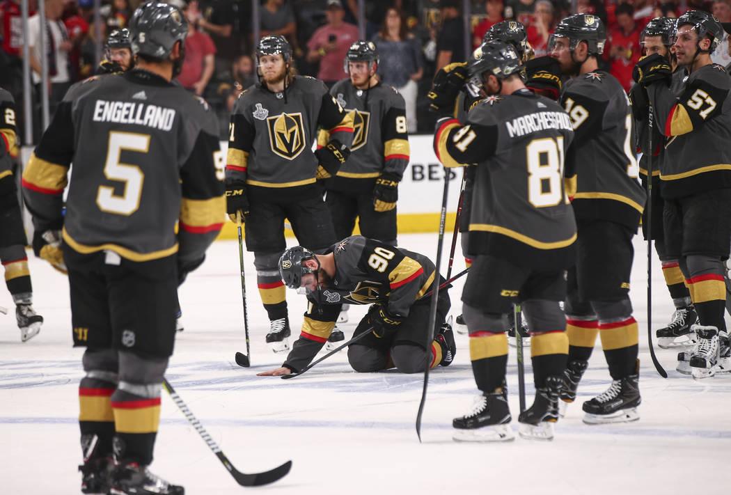 Los jugadores de los Golden Knights reaccionan luego de perder en el Juego 5 de la Final de la Copa Stanley ante los Capitals de Washington en T-Mobile Arena en Las Vegas el jueves 7 de junio de 2 ...