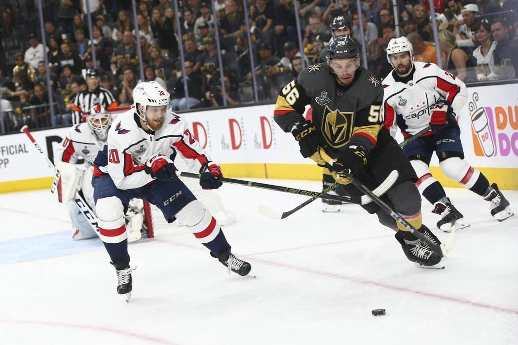 El alero izquierdo de los Golden Knights, Erik Haula (56) mueve el puck contra el centro Lurs Eller (20) de los Washington Capitals durante el tercer período del Juego 5 de la Final Stanley Cup e ...