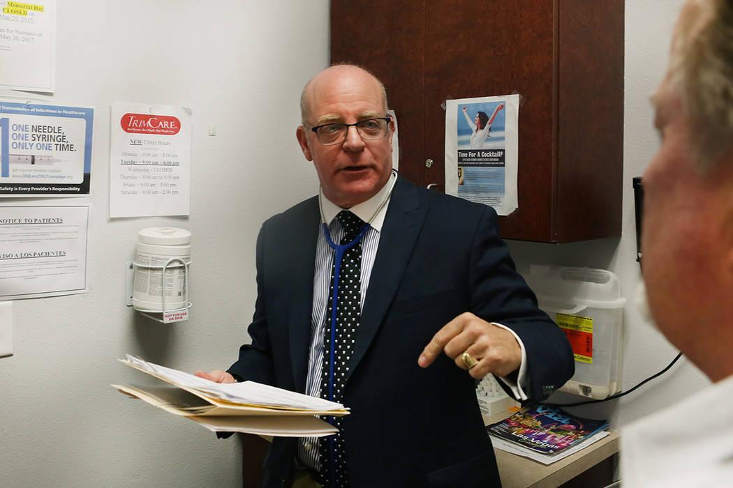El internista Dr. Ivan Goldsmith trabaja con un paciente en su oficina de Las Vegas, el jueves 31 de mayo de 2017. Elizabeth Brumley / Las Vegas Review-Journal