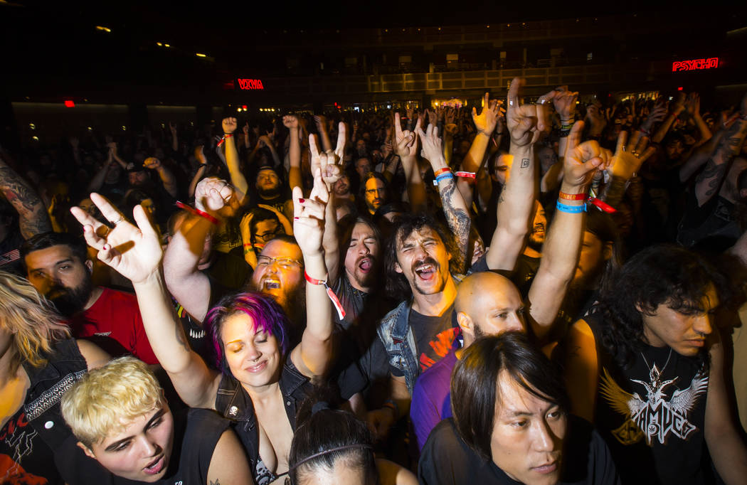 Los fans se animan mientras High on Fire se presenta en The Joint durante el festival de música Psycho Las Vegas en el Hard Rock Hotel en Las Vegas el viernes 17 de agosto de 2018. Chase Stevens ...
