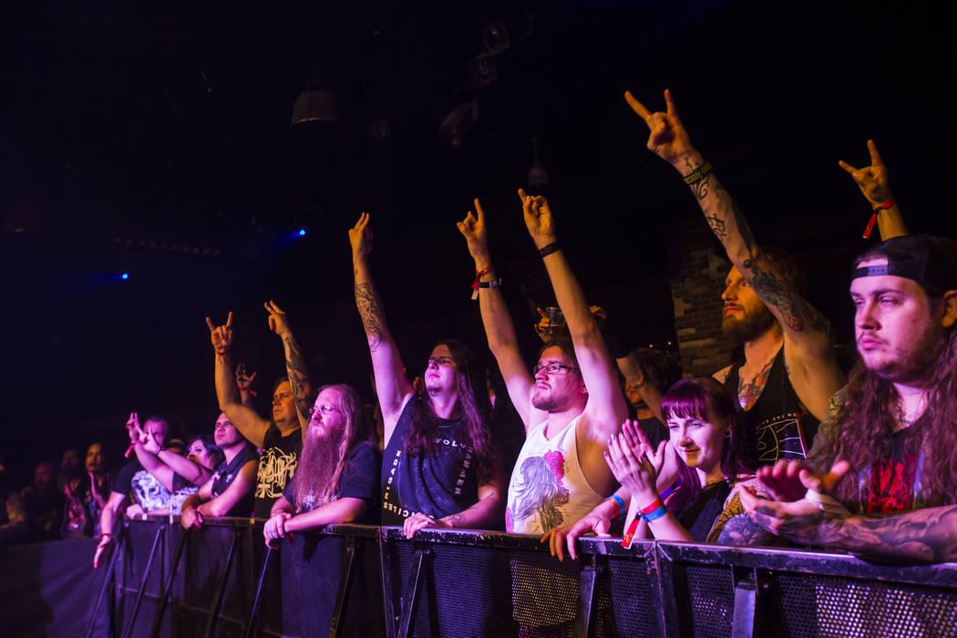 Fans aplauden cuando Wolvhammer toca en Vinyl durante el festival de música Psycho Las Vegas en el Hard Rock Hotel de Las Vegas el viernes 17 de agosto de 2018. Chase Stevens Las Vegas Review-Jou ...