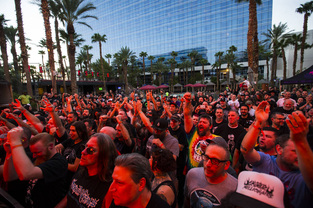 Fans aplauden mientras Voivod se presenta en el escenario de la piscina durante Psycho Las Vegas en el Hard Rock Hotel de Las Vegas el sábado 18 de agosto de 2018. Chase Stevens Las Vegas Review- ...