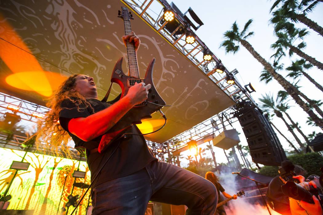 Daniel Mongrain de Voivod se presenta en el escenario de la piscina durante Psycho Las Vegas en el Hard Rock Hotel de Las Vegas el sábado 18 de agosto de 2018. Chase Stevens Las Vegas Review-Jour ...