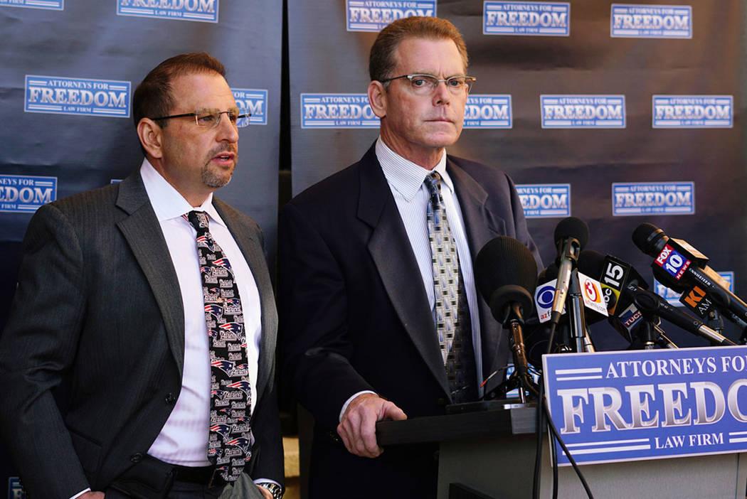 Douglas Haig, a la derecha, habla en una conferencia de prensa con su abogado, Marc J. Victor, en el centro, el 2 de febrero de 2018, en Chandler, Ariz. (Las Vegas Review-Journal)