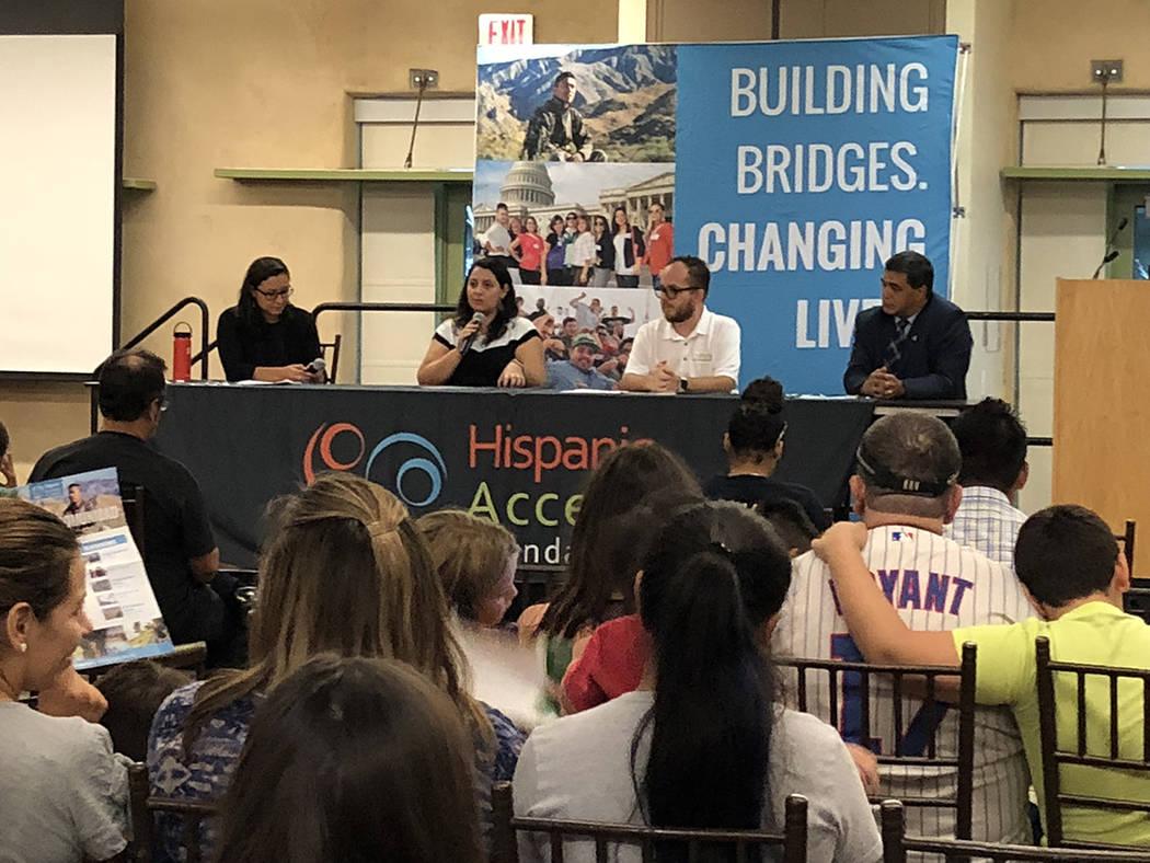 Jocelyn Torres (segunda desde la izquierda), de Conservation Lands Foundation, pide al público que apoye el Fondo para la Conservación del Agua y la Tierra, en evento del 21 de agosto de 2018 en ...