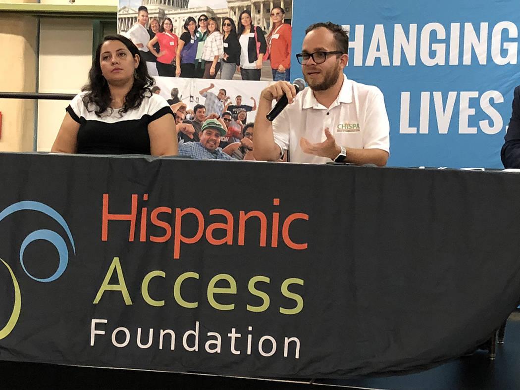 Rudy Zamora (derecha), director de Chispa Nevada, exhortó a llamar a los legisladores, durante evento del 21 de agosto de 2018, en el Springs Preserve. Foto Valdemar González / El Tiempo - Contr ...