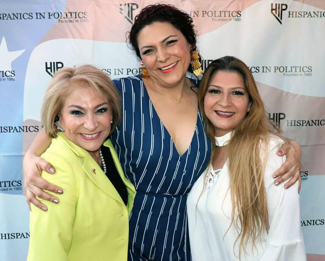 Miriam Hickerson –en la foto a la derecha-, Teresa Ramírez (de amarillo) y Rebeca Barajas, junto a un grupo de líderes latinos dieron la bienvenida al superintendente del CCSD, Jesús Jara. Mi ...