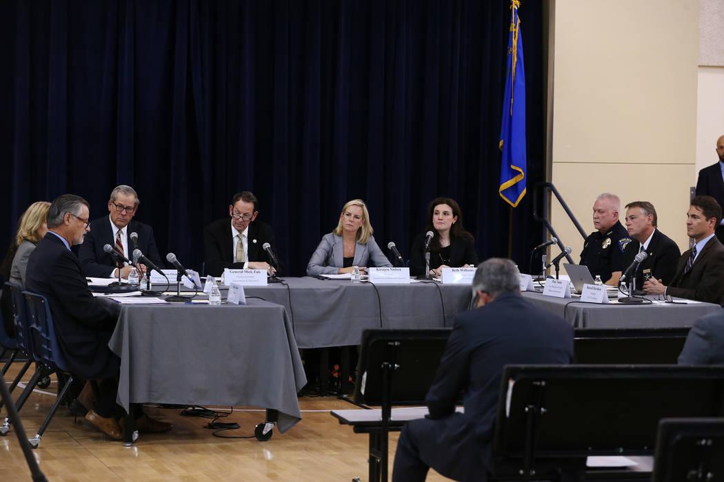 Los funcionarios asisten a una sesión de la Comisión Federal de Seguridad Escolar para escuchar en el Miley Achievement Center en Las Vegas, el jueves 23 de agosto de 2018. Erik Verduzco Las Veg ...