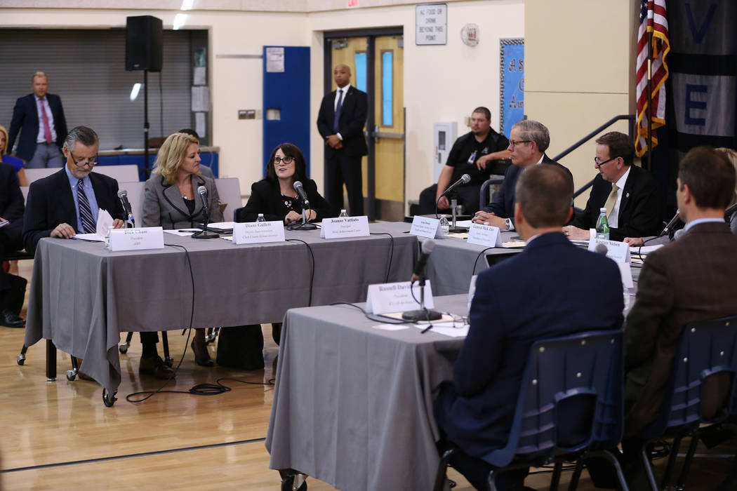 La directora del Miley Achievement Center Joanne Vattiato, tercera desde la izquierda, habla durante una sesión de la Comisión Federal de Seguridad Escolar en el Miley Achievement Center en Las ...