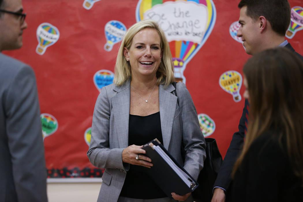 La Secretaria de Seguridad Nacional, Kirstjen M. Nielsen, asiste a una sesión de la Comisión Federal de Seguridad Escolar para escuchar en el Miley Achievement Center en Las Vegas, el jueves 23 ...