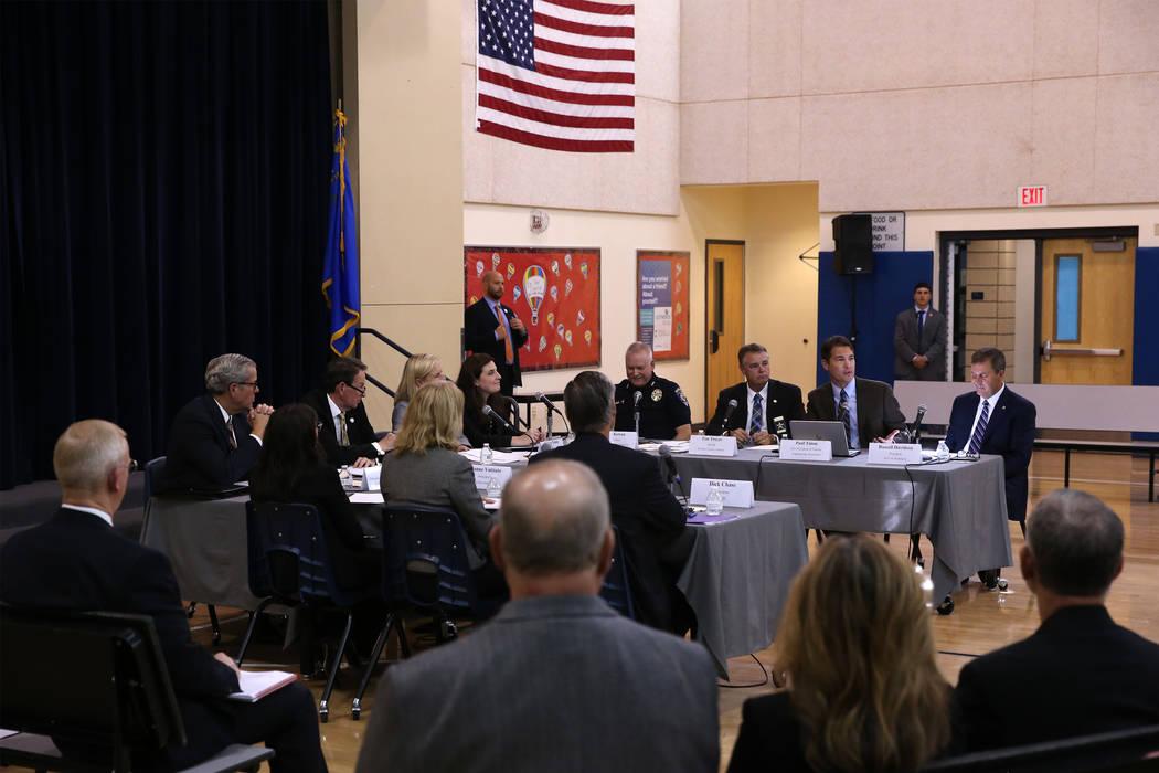 Paul Timm, segundo por la derecha, vicepresidente de Facility Engineering Associates, habla durante una sesión de la Comisión Federal sobre Seguridad Escolar para escuchar en el Miley Achievemen ...