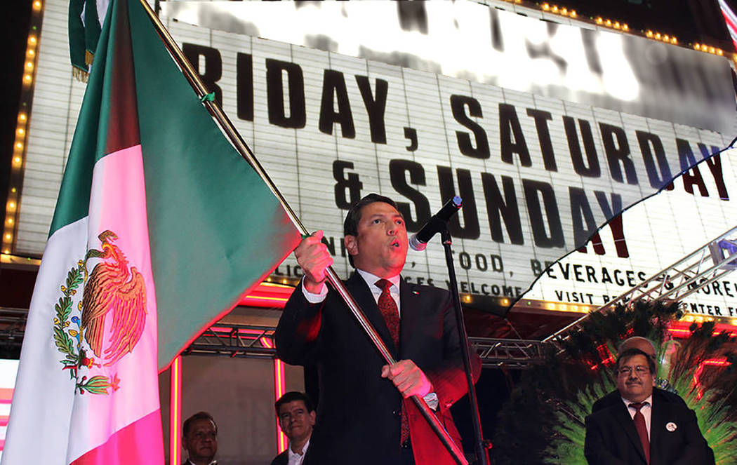 """El cónsul de México en Las Vegas, Alejandro Madrigal dio el grito de """"¡Viva México!"""" el 15 de septiembre del 2017. Foto El Tiempo - Archivo."""